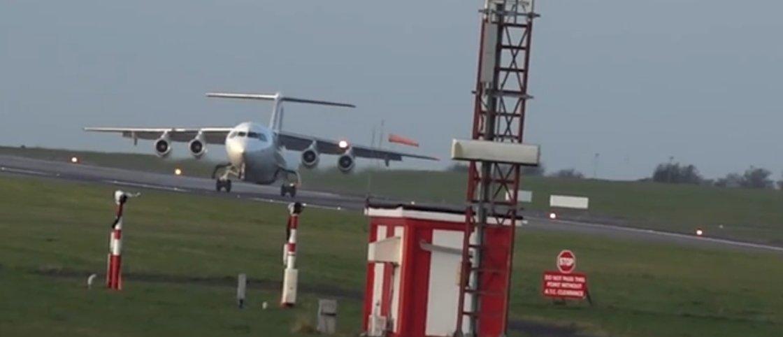 Vídeo mostra avião que não consegue pousar por causa dos ventos