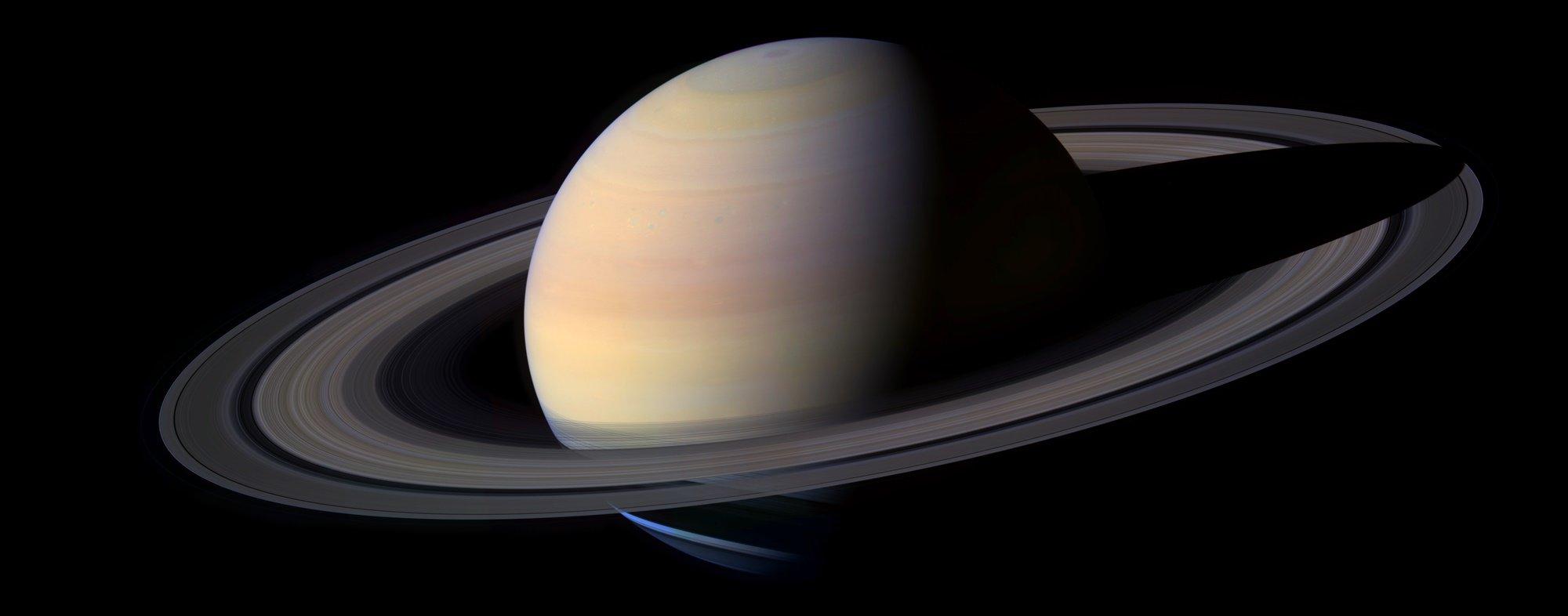 Alguma coisa mexeu com um dos anéis de Saturno – e não faz tanto tempo