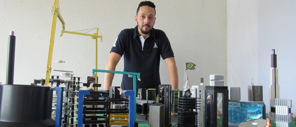 Rafael dos Santos Silva bate recorde ao criar maquete com 1.867 peças de computador / Foto: Arquivo recordista