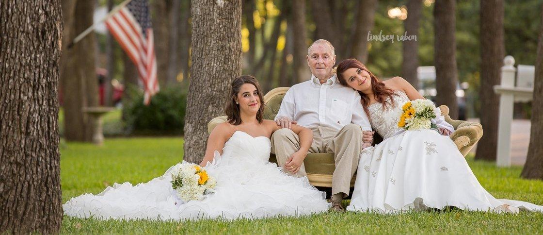 Mesmo sem casamento, irmãs se vestem de noiva para tirar fotos com o pai