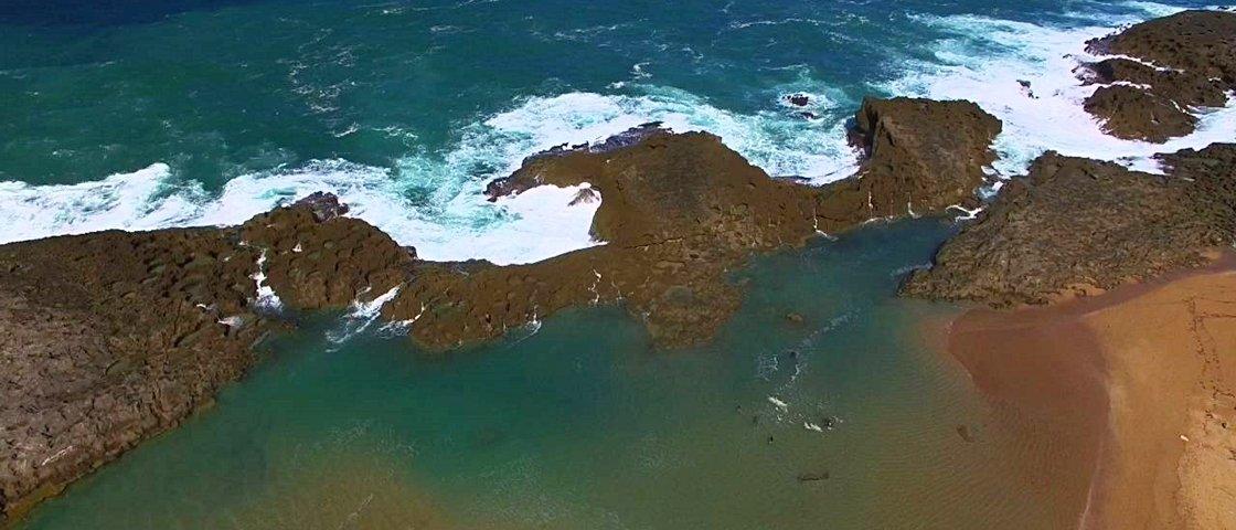 Bonito, porém tenso: paredão protege banhistas contra ondas gigantes