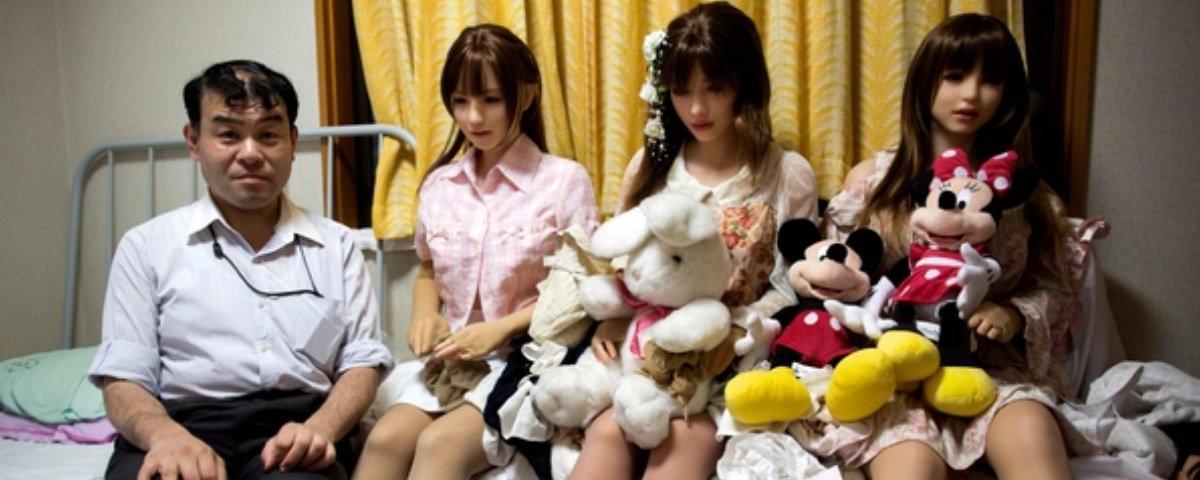 Japonês que não faz sexo com a esposa agora namora bonecas