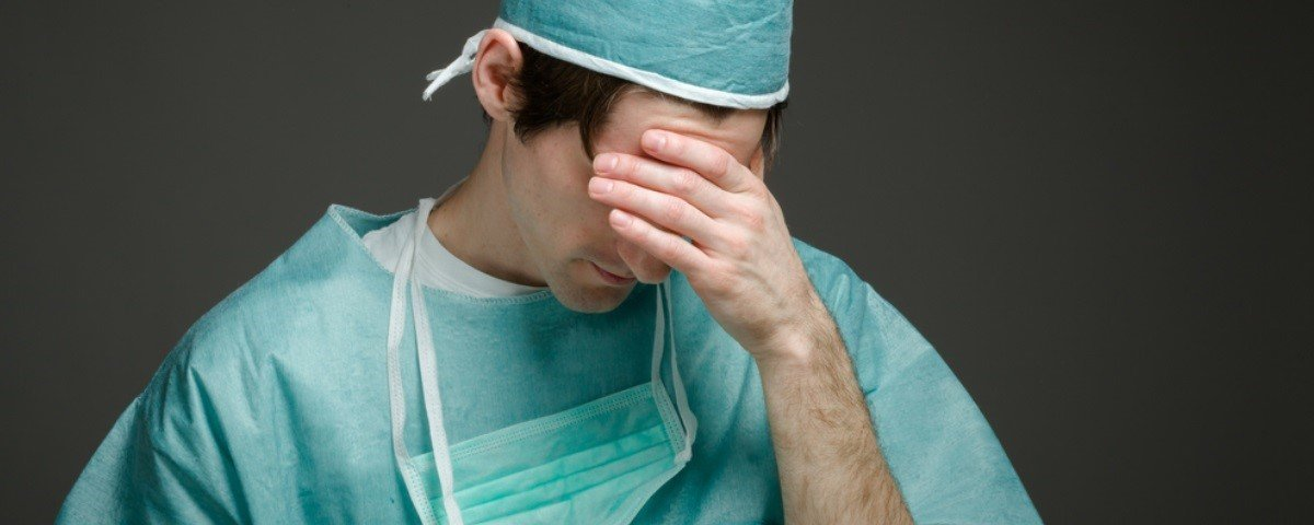 Durante cirurgia, médicos acham 27 lentes de contato em olho de paciente