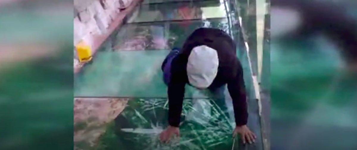 Sacanagem! Olha a pegadinha que armaram em plataforma de vidro na China