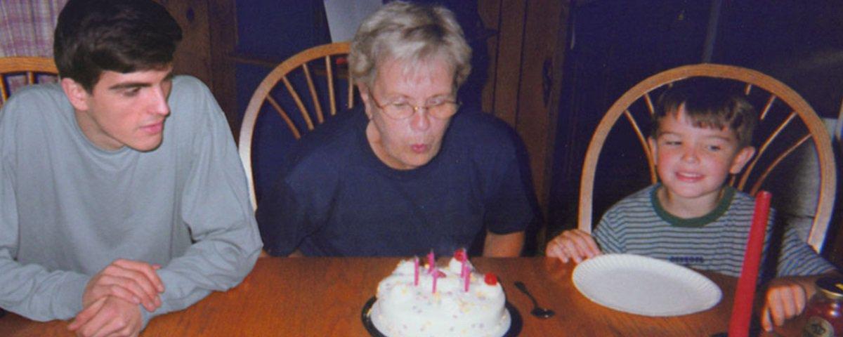 Este cara usou o Photoshop para posar ao lado si mesmo em fotos da infância