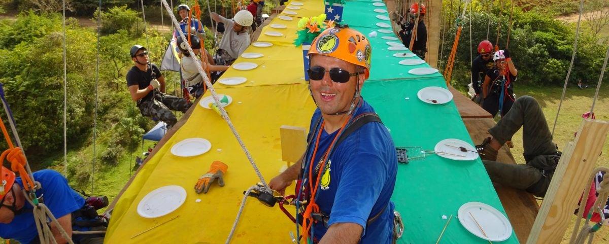 Churrasco nas alturas reúne 102 convidados pendurados por cordas