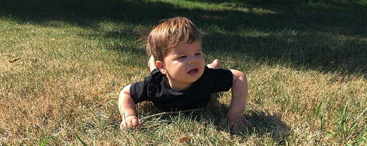Genética boa: bebê imita as fotos de seu tio modelo e faz o maior sucesso