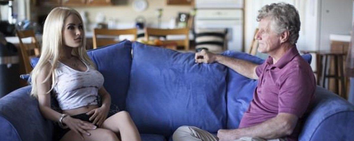 Este homem, que é casado, dorme com sua boneca 4 noites por semana