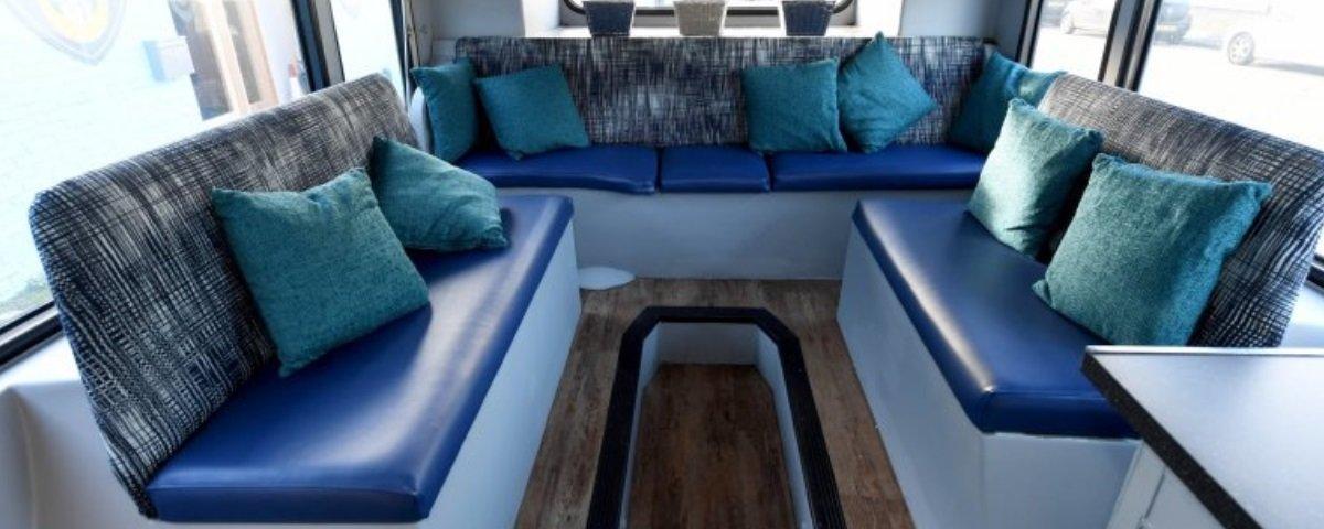 Este ônibus de 2 andares foi transformado em abrigo para moradores de rua