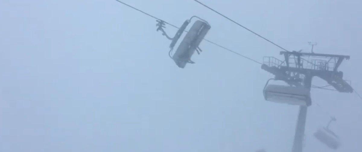 Impressionante: esquiadores ficam presos em teleférico durante tempestade