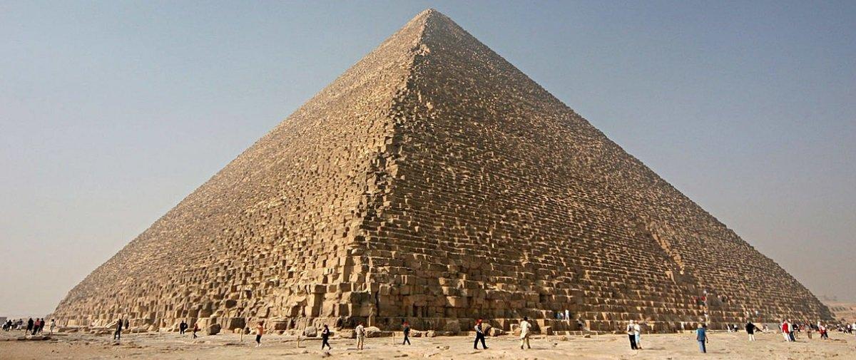 """Sabia que a Pirâmide de Gizé é """"torta"""" por conta de um errinho de cálculo?"""
