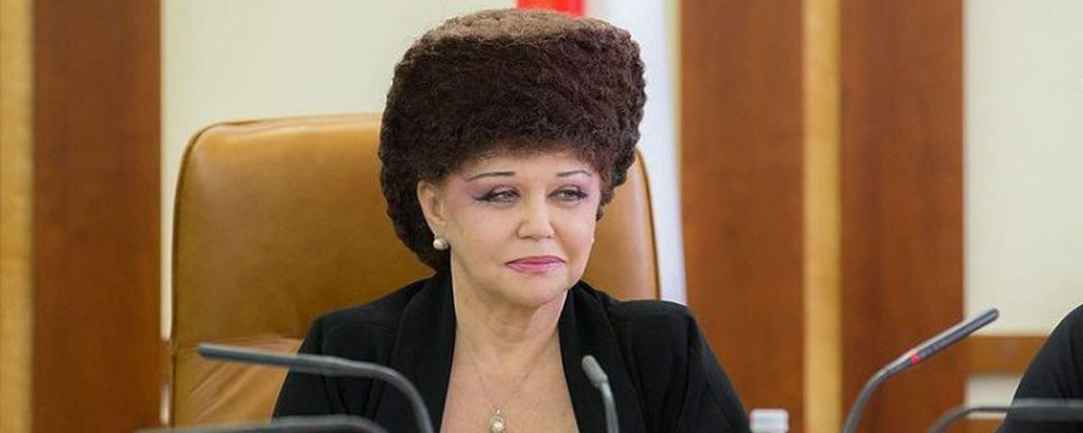 Penteado de senadora russa chama a atenção na internet