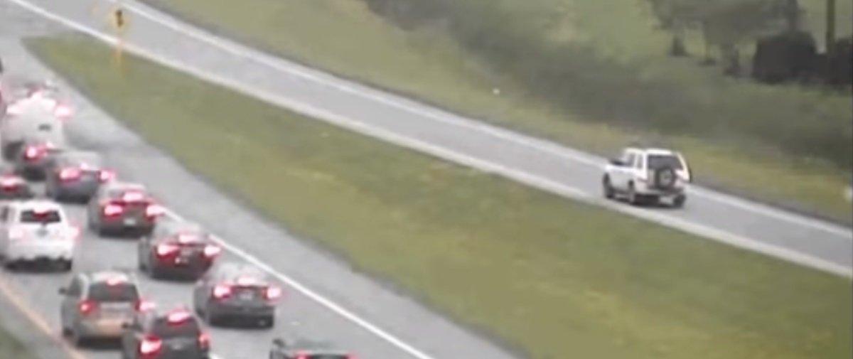 Este motorista foi flagrado fazendo algo impensável em uma rodovia