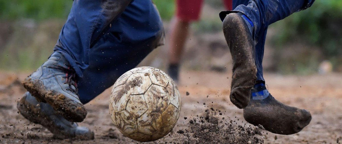 """Veja os campinhos de futebol onde rolam as """"peladas"""" mundo afora"""