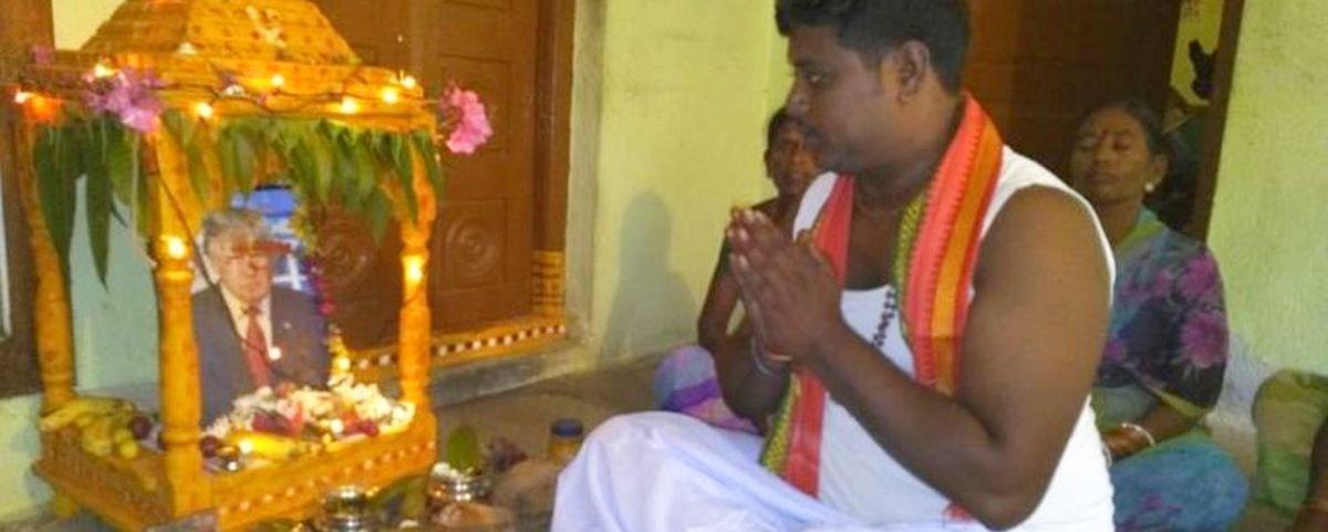 Indiano coloca foto de Trump em altar e reza para ele todos os dias