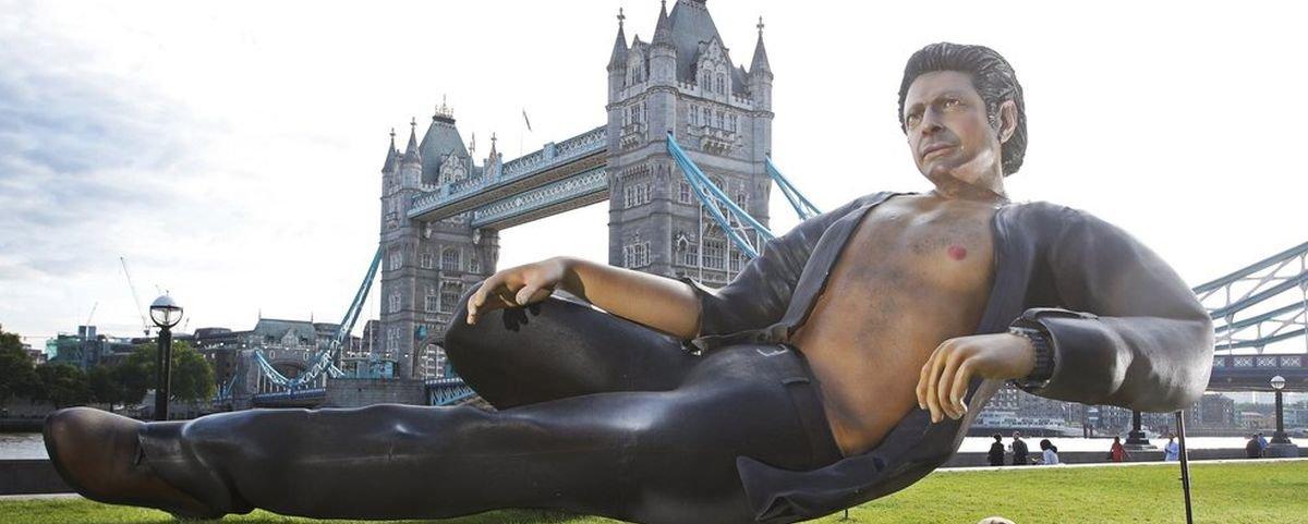 Cena sexy de Jeff Goldblum em Jurassic Park vira estátua gigante em Londres