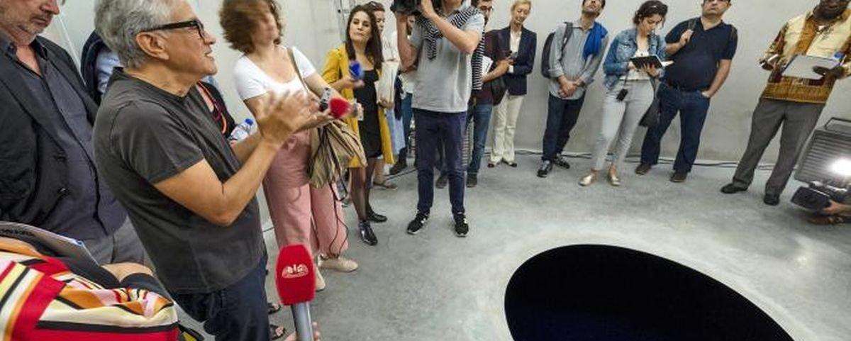Italiano cai em buraco pintado no chão com a tinta mais escura do mundo