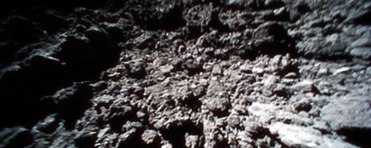 Esta animação foi criada com fotos capturadas na superfície de um asteroide