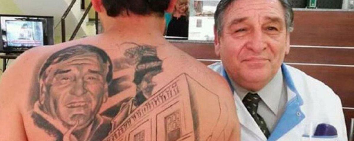 Homem tatua rosto do médico que o curou do câncer