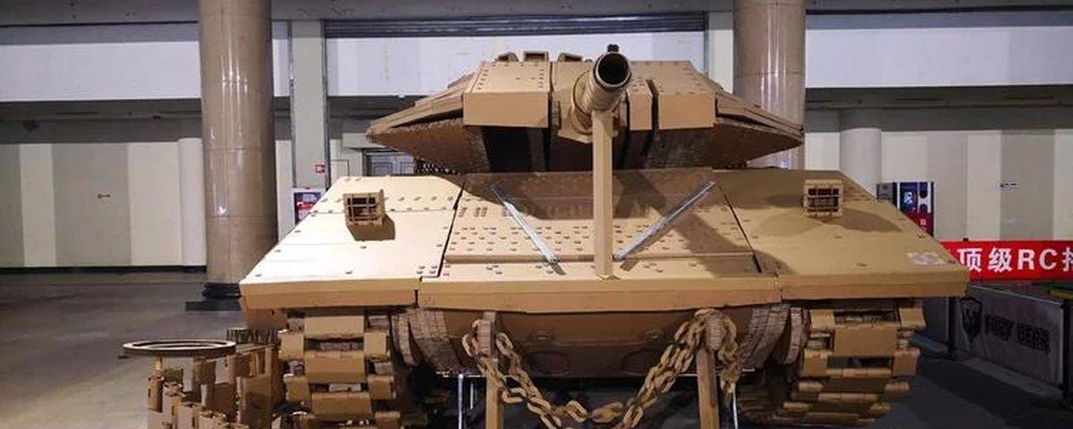 Você já imaginou um tanque de guerra feito de papelão?