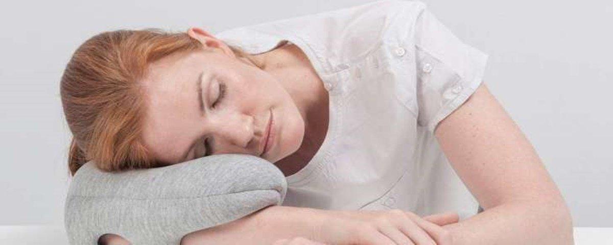 'Travesseiro de braço' traz conforto e segurança durante cochilo em viagem