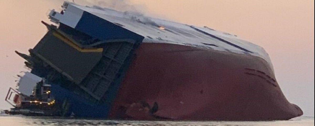 Navio que carregava milhares de carros tomba na costa da Geórgia
