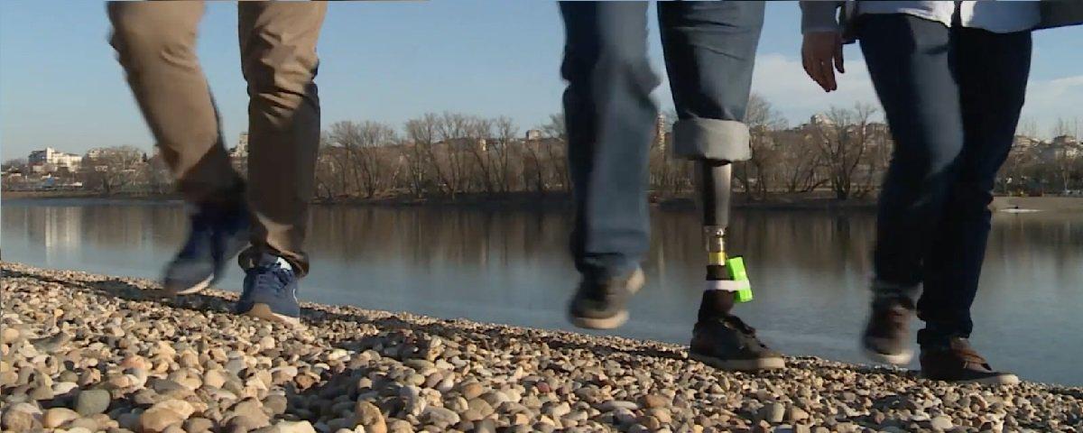 Prótese permite amputados sentirem joelhos e pés