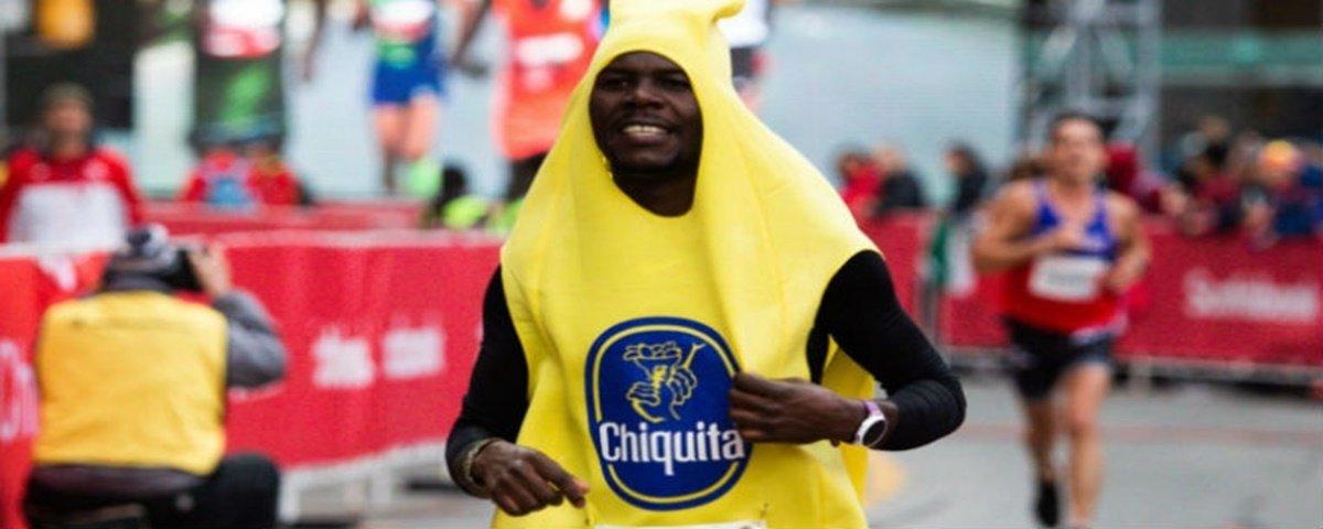 Atleta quebra recorde em corrida vestido de banana