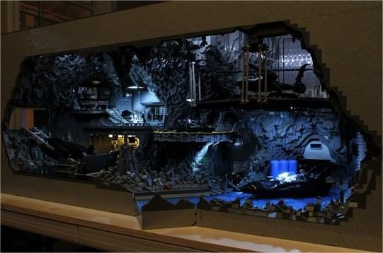 Fãs recriam Batcaverna com 20 mil peças de LEGO