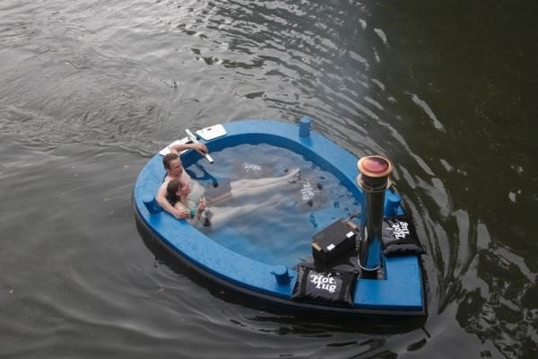 Confira a banheira-barco que permite que você relaxe enquanto navega