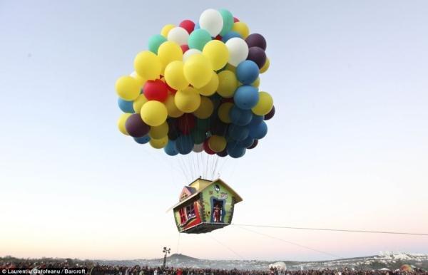 Balonista voa em réplica da casa do filme de animação Up [galeria]