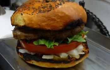 Máquina de fazer hambúrguer produz 400 lanches por hora