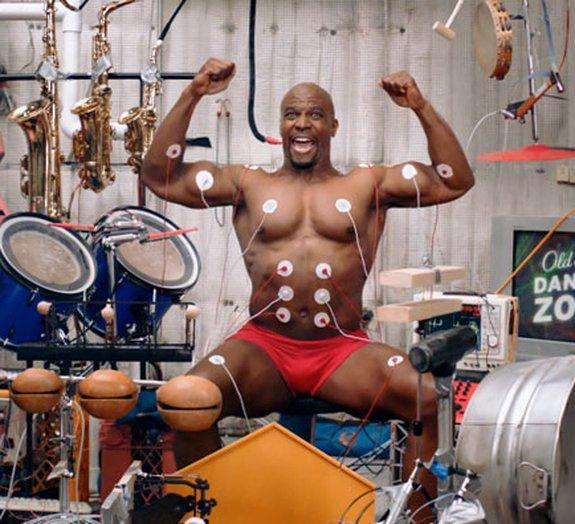 Improvável: Terry Crews toca bateria usando os músculos! [vídeo]
