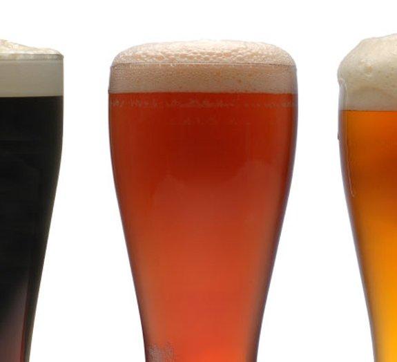 O formato dos copos pode nos fazer beber cerveja mais depressa