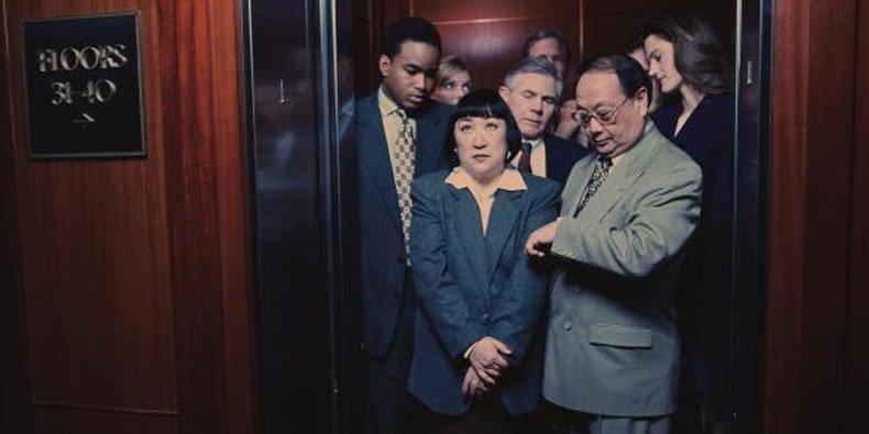 Entenda por que nos sentimos incomodados no elevador - Mega Curioso