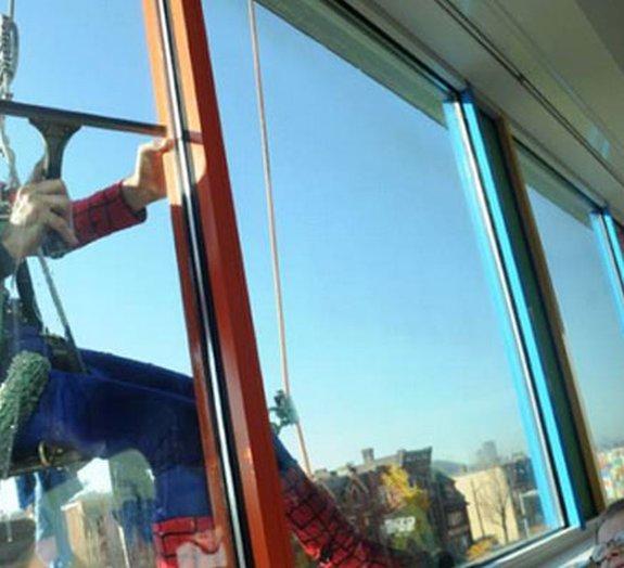 Limpadores de janela se fantasiam de heróis para crianças de hospital
