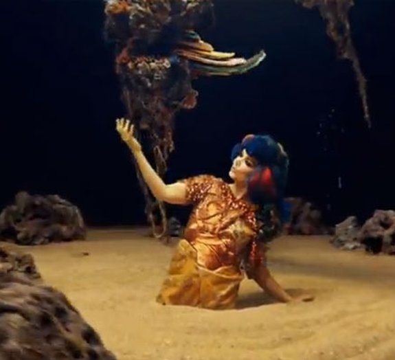 Novo clipe de Bjork coloca a cantora em acontecimentos geológicos [vídeo]