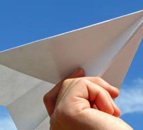 Vídeo registra recorde de lançamento de avião de papel