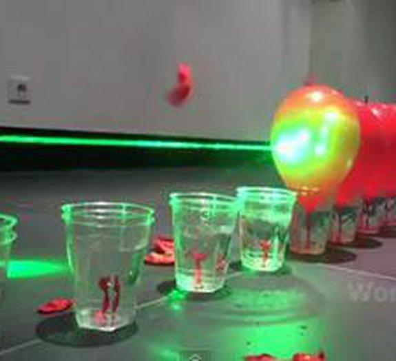 Laser explode dezenas de balões em efeito dominó [vídeo]