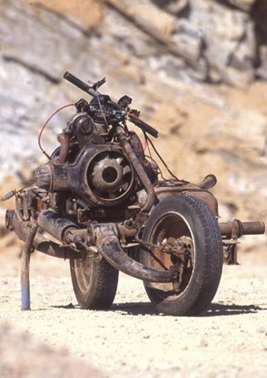 Homem perdido no deserto constrói moto com peças de carro quebrado