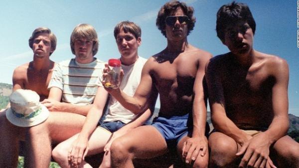 Amigos tiram fotos no mesmo lugar há 30 anos
