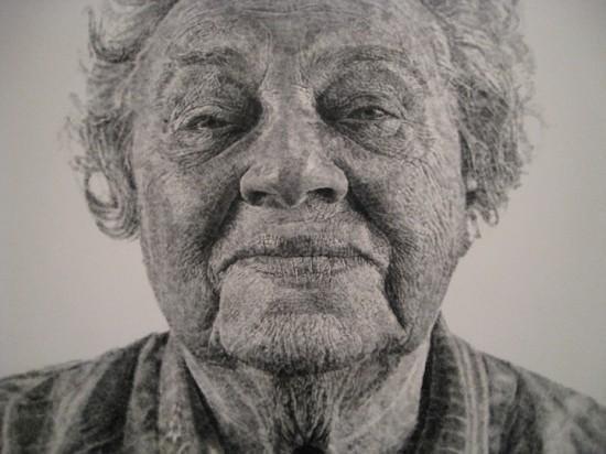 Artista pinta retratos realistas usando apenas os dedos