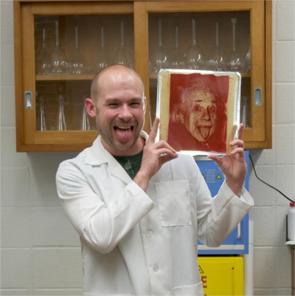 Artista cria retratos de cientistas famosos utilizando bactérias
