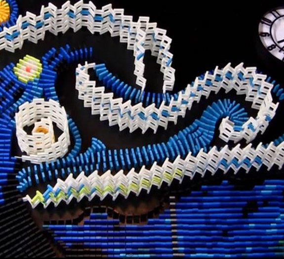 Artista recria A Noite Estrelada de Van Gogh com 7 mil dominós