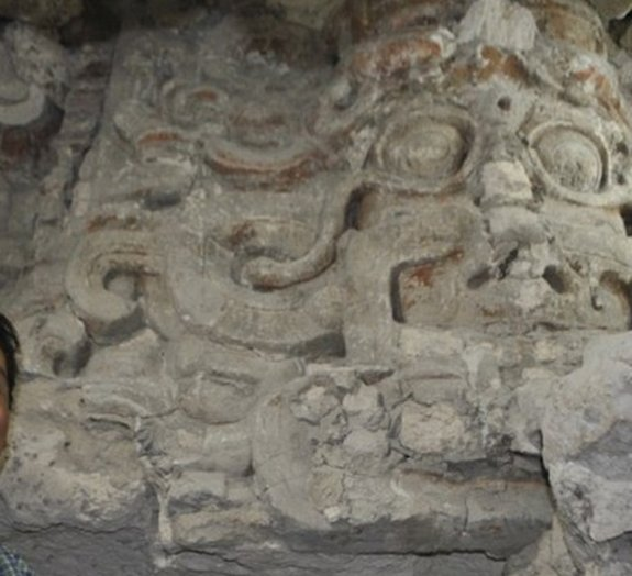 Descoberto templo maia coberto de rostos gigantes