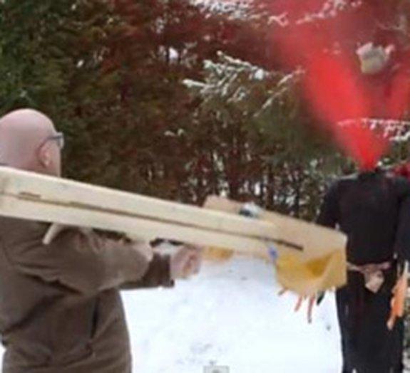 Mestre dos estilingues cria bazuca-guilhotina para decapitar bruxas [vídeo]