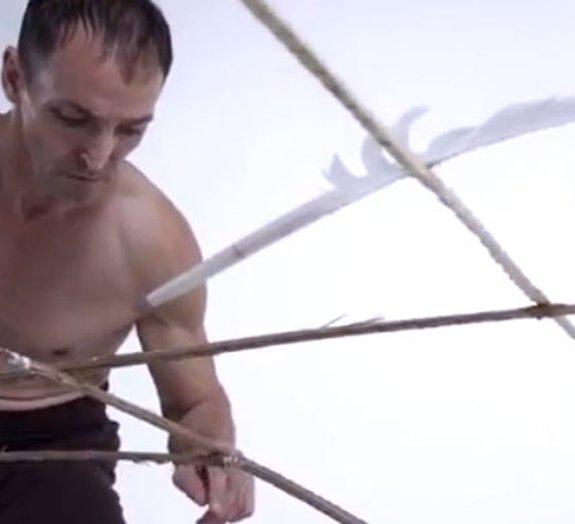 Escultura é mantida em equilíbrio por uma única pena [vídeo]