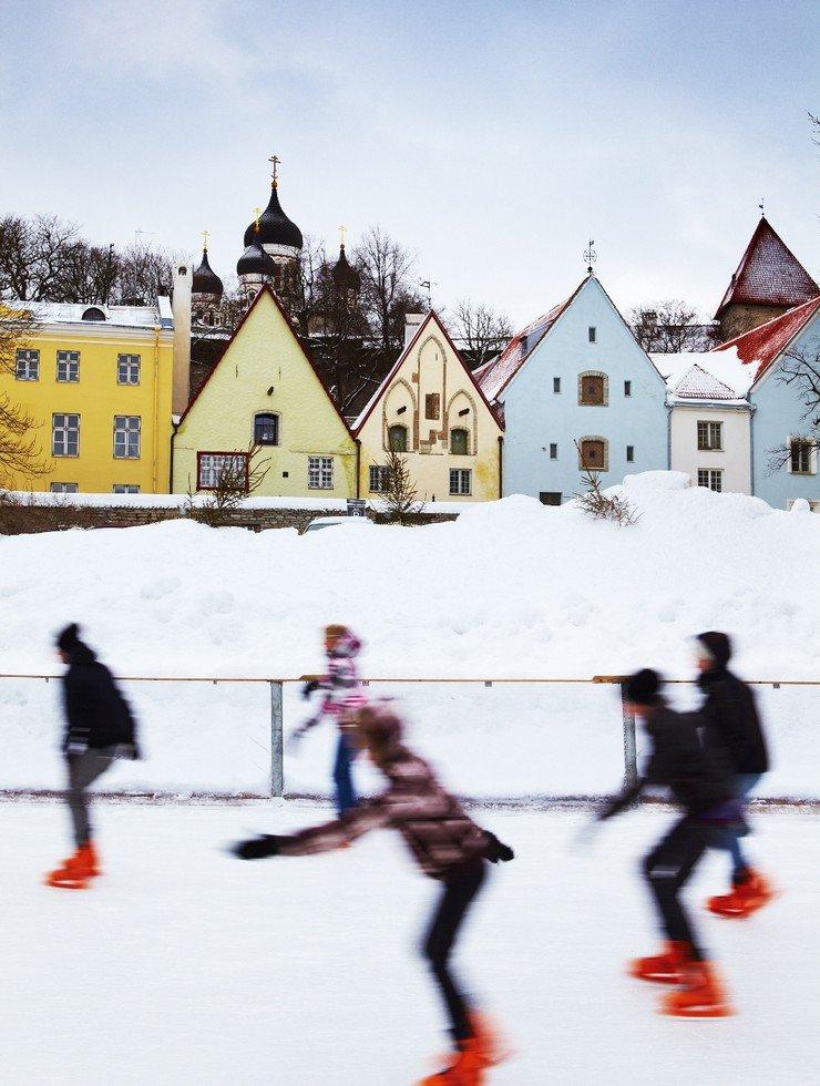 Patinadores se divertindo sobre lago congelado
