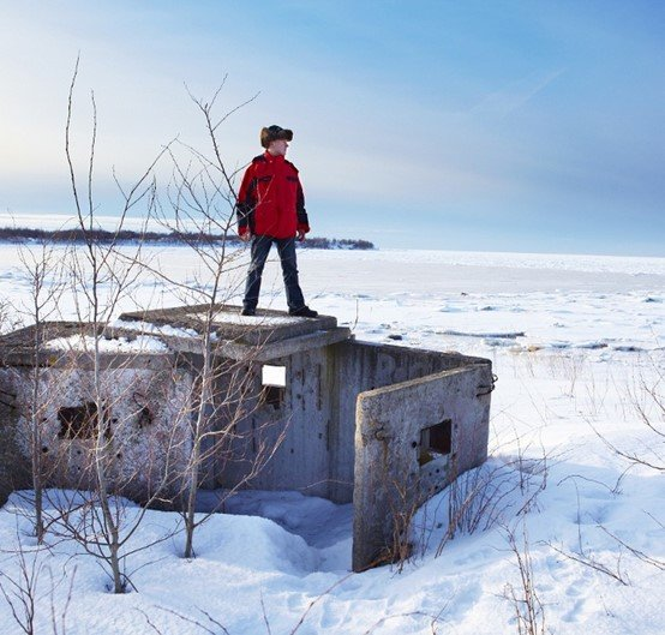 Homem sobre bunker da Era Soviética