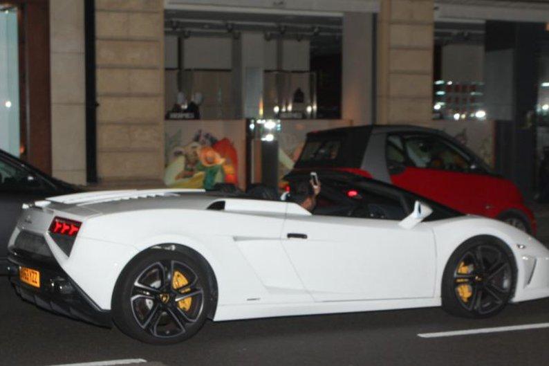 Homem passeia com seu Lamborghini Gallardo Spyder branco pelas ruas de Londres